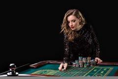 leka kvinna för kasino Kvinnainsatshögar av chiper som spelar rou Fotografering för Bildbyråer