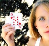 leka kvinna för kortholding Arkivbild