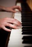 leka kvinna för piano Arkivfoton