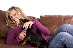 leka kvinna för soffahund Royaltyfri Fotografi