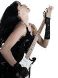 leka kvinna för elektrisk gitarrspelare Royaltyfri Bild