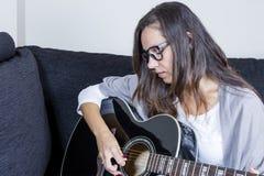 leka kvinnabarn för akustisk gitarr Arkivbilder