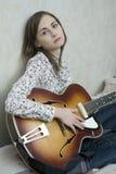 leka kvinnabarn för attraktiv gitarr Arkivbilder