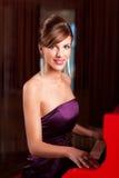 leka kvinnabarn för elegantt piano royaltyfri foto