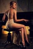 leka kvinnabarn för piano Royaltyfri Foto