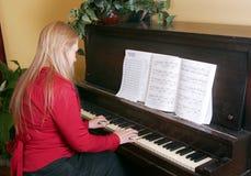 leka kvinnabarn för piano Fotografering för Bildbyråer