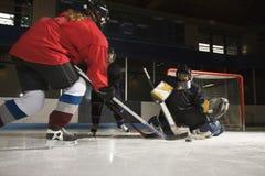 leka kvinnor för hockey Royaltyfria Bilder