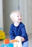leka litet barn fotografering för bildbyråer