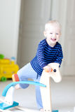 leka litet barn royaltyfri fotografi