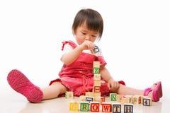 leka litet barn för asiatisk kvinnlig Arkivfoto