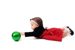 leka litet barn för boll royaltyfria bilder