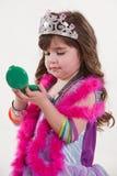 leka litet barnbarn för caucasian gullig flicka arkivfoto