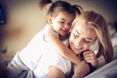 Leka med mommyen ballerina little royaltyfri fotografi