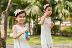 Leka med såpbubblor Royaltyfri Foto