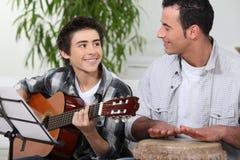 Leka musik för fader och för son Royaltyfri Fotografi