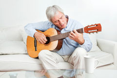 leka pensionär för gitarrman Arkivfoto