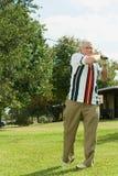 leka pensionär för golfman Royaltyfri Bild