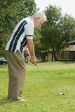 leka pensionär för golfman Royaltyfri Foto