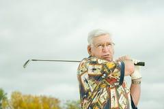 leka pensionär för golfman Royaltyfria Bilder