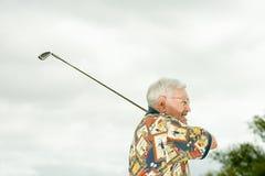 leka pensionär för golfman Arkivfoton