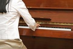 Leka piano för flicka Royaltyfri Bild