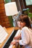 Leka piano för gullig liten flicka. Fotografering för Bildbyråer