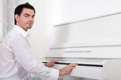 Leka piano för man Arkivfoton