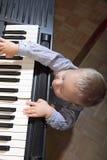 Leka piano för pys inomhus Arkivbilder