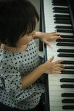 Leka piano för unge Arkivfoton