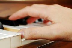 Leka pianot Fotografering för Bildbyråer