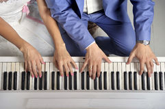Leka pianot royaltyfri fotografi