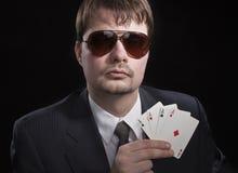 leka poker för man Royaltyfria Bilder