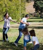 leka rugby för livlig familj Royaltyfri Foto