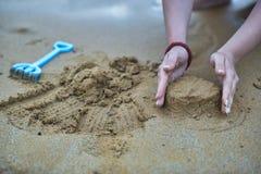 leka sand royaltyfri bild