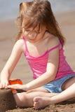 leka sand för flicka arkivfoton