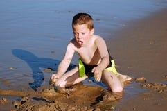 leka sand för strandbarn royaltyfri foto