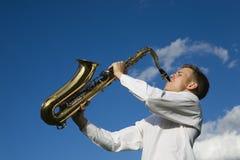 leka saxofon Fotografering för Bildbyråer