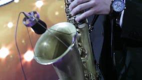leka saxofon för man arkivfilmer