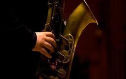 leka saxofon för man Royaltyfri Bild