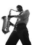 leka saxofon för stilig man Royaltyfria Bilder