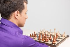 Leka schack för man på vitbakgrund Royaltyfri Fotografi