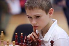 Leka schack för ung pojke Royaltyfri Bild