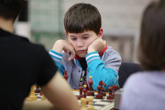 Leka schack för ung pojke Royaltyfria Bilder