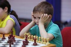 Leka schack för ung pojke Royaltyfri Fotografi
