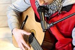 leka sjunga för gitarr arkivfoto