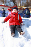 leka snow för asiatisk pojke Arkivfoton