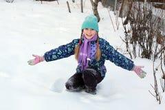 leka snow för flicka Arkivbilder