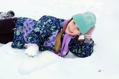 leka snow för flicka Arkivbild