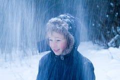 leka snowbarn för pojke Royaltyfri Bild