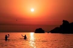 leka solnedgångtennis för folk Arkivbild